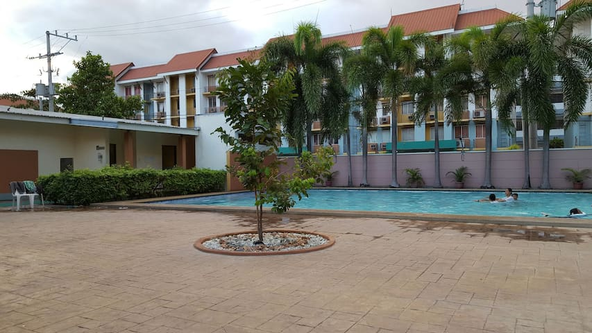 1BR Condo w/ Pool; Wifi-Ready; Airport in 17mins. - Parañaque - Kondominium