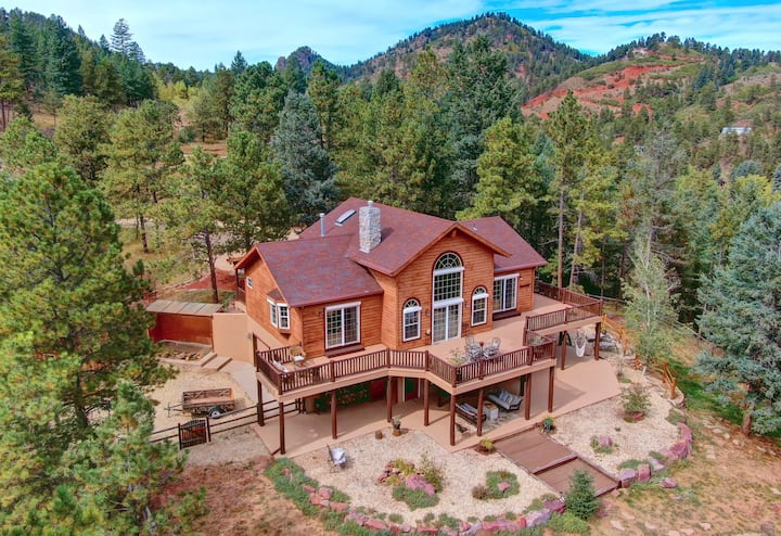 Lost Antler Lodge- 3 acres/hot tub/near town