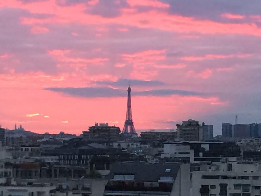Vue Tour Eiffel depuis le roof top (et la pièce à vivre)