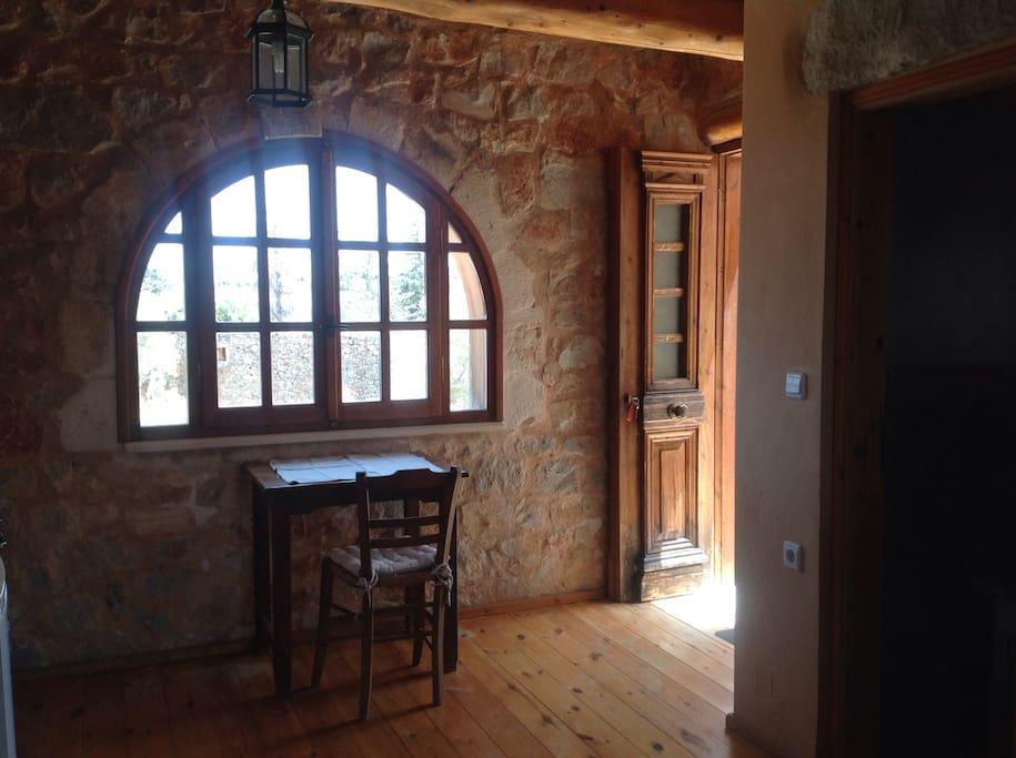Eingang zum Wohnbereich mit kleinem Tisch
