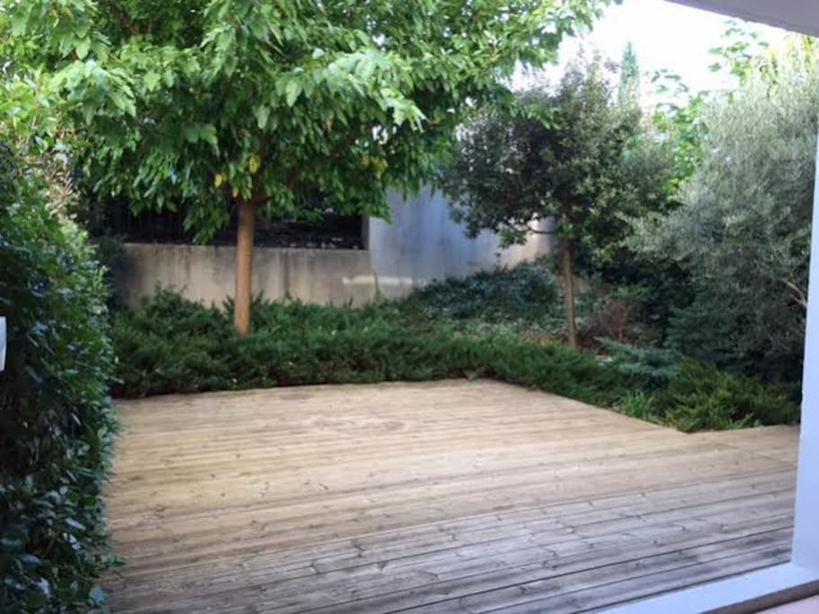 aix en provence t2 jardin terrass aix en provence provence alpes c te d. Black Bedroom Furniture Sets. Home Design Ideas