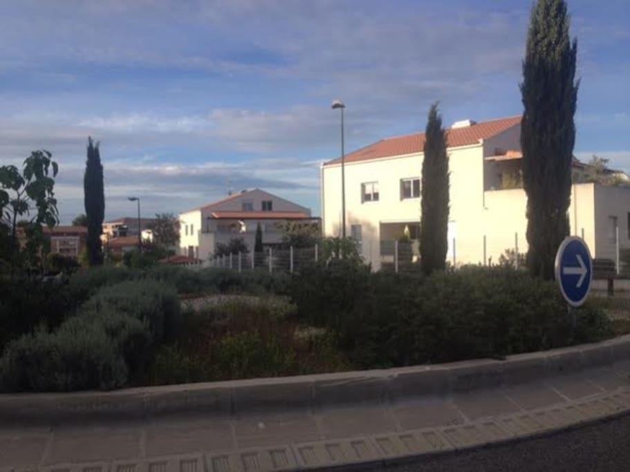 Parc de la Duranne: à 5 mins en voiture d'Aix en Provence centre ville et de la Gare TGV. A 15 mins de l'aéroport par la départementale, sans barrière à péage.