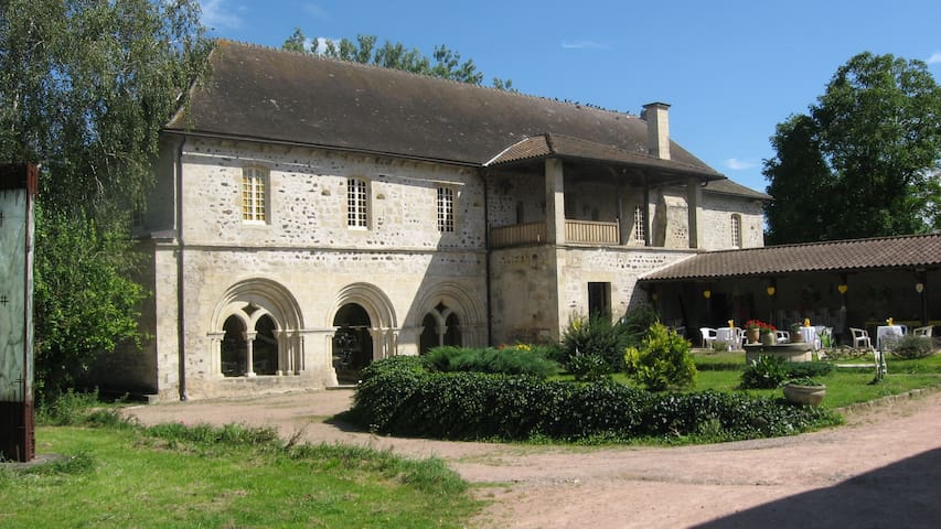 chambre dans une ancienne abbaye Po - Saint-Didier-la-Forêt - Bed & Breakfast