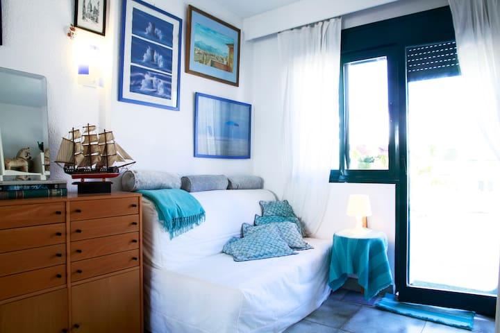 Cuando tu cama se cierra se convierte en esta salita con tu terraza privada que da a la piscina.