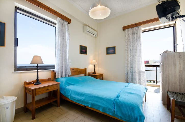 Room with Sea Front Corner Balcony - Agia Marina - Apartament