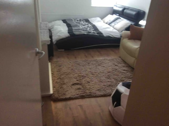 Space in well equipped London pad