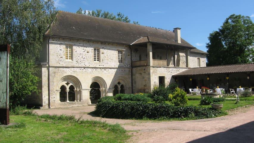 Chambre dans une ancienne abbaye G - Saint-Didier-la-Forêt - Pousada