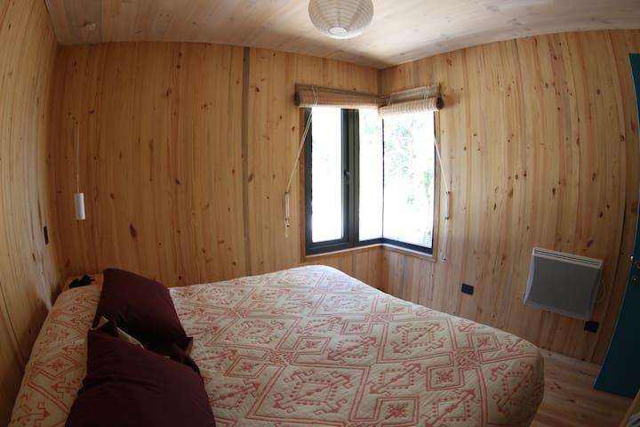 Segundo dormitorio, en segundo piso, cama queen. Second bedroom in the 2nd floor queen size bed.