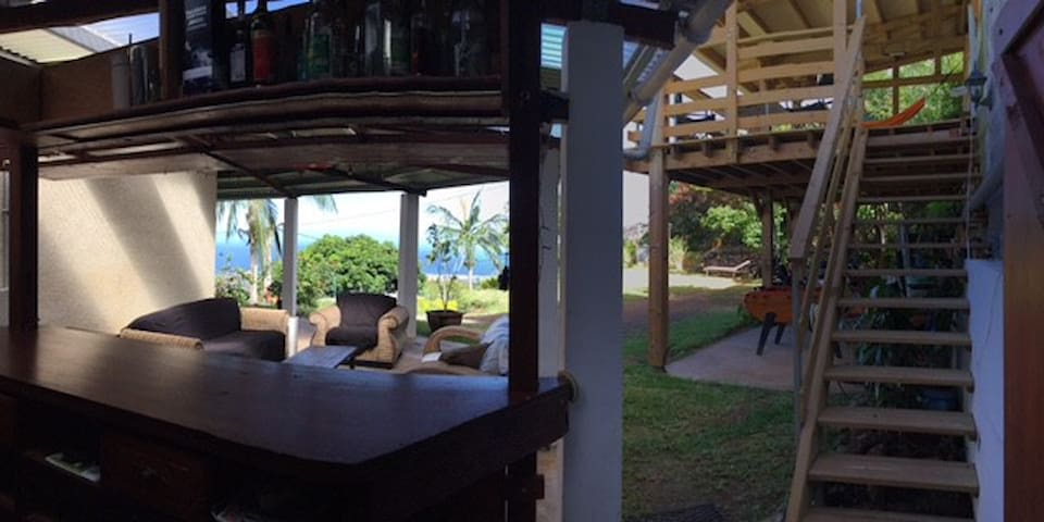 bar et salon sous la varangue côté jardin.