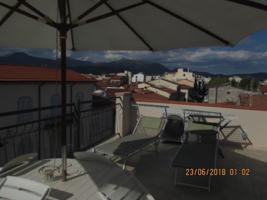 Solarium con ombrellone e lettini