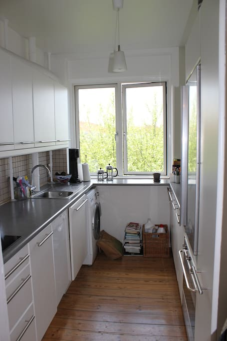 Kitchen (with washing machine in the far back)