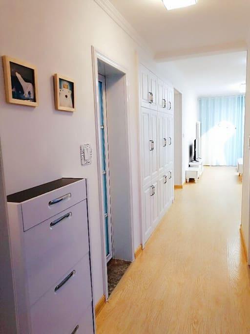 进门位置,客厅很宽敞,适合家人朋友一起来度假休闲