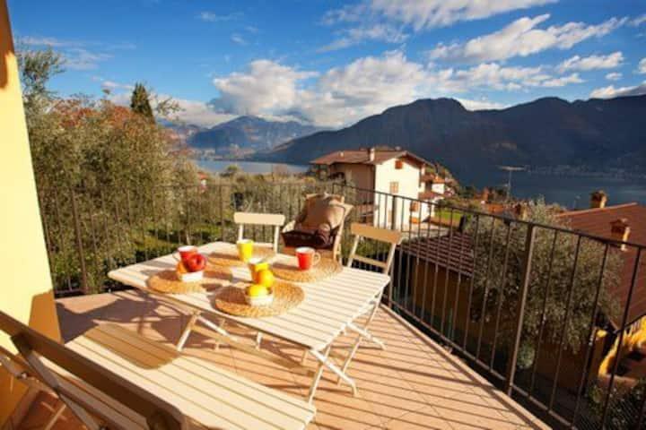 Ossuccio Arsenale pool apartment sleeps 6 guests