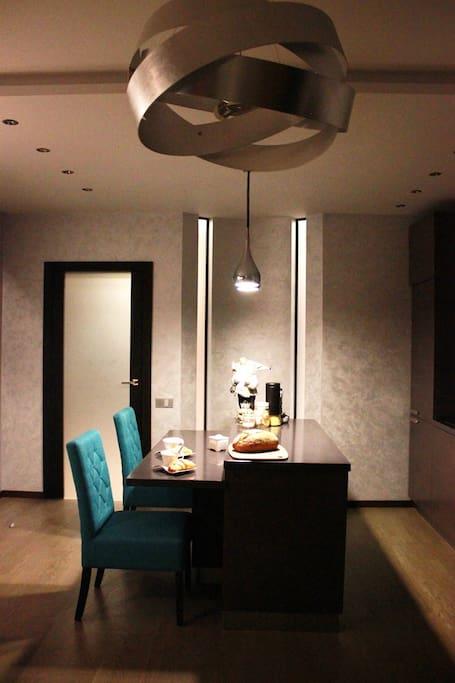 Кухня-гостиная/Wohnzimmer mit der Küche/living room with kitchen