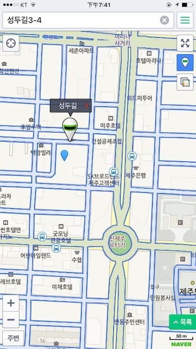 表示位置下方胡同里蓝色倒水滴标注的位置就是民宿,您可以打车时出示此图给司机,便于司机确认民宿的位置