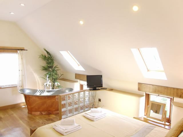 Corn Keep - self catering apartment with copper bath, balcony and sea views - Bude - Daire
