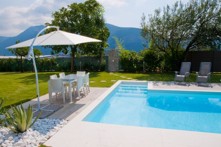 Accogliente Villa con piscina immersa verde.