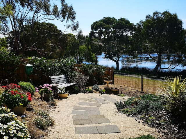 Direct access to the lake from the garden