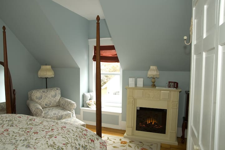 The 1850 House- Blue Thistle Guest Room