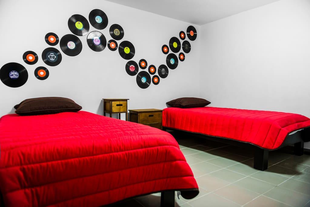 Cuarto 2, adaptado para recibir a 2 persona en 2 camas individuales , si vienes en pareja podemos configurarlo en una cama Queen Size para tu mayor comodidad