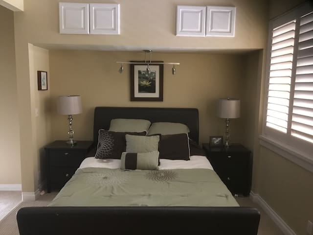 Clean & Spacious, Close to Beach, Balcony - Huntington Beach - Apartment