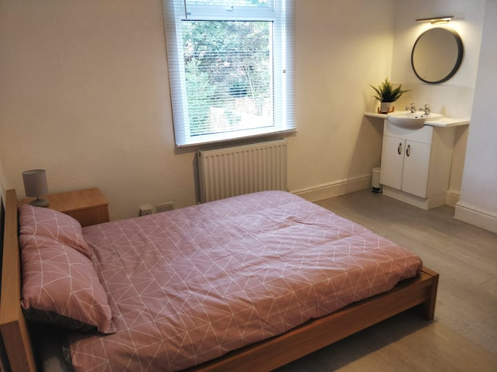 Large double with private lounge in Earlsdon