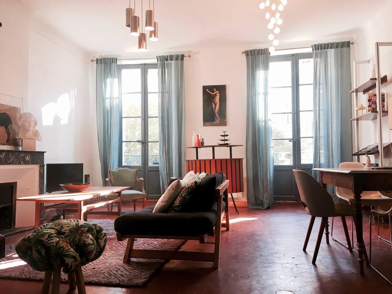 Salon avec wifi et TV , coin salle à manger