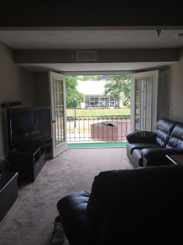 I bd 1 bath loft style; balcony w/French doors - Akron - Apartment