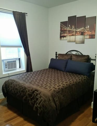 1 bedroom w/ Queen bed, 5 minutes from Manhattan.