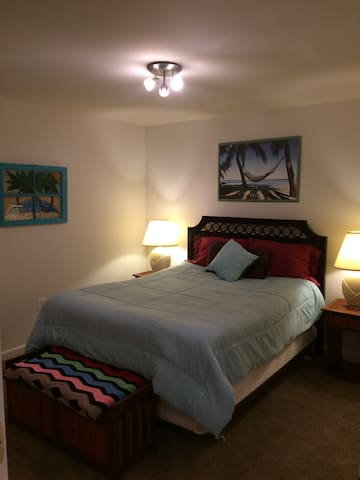 """Home Away From Home""/ 5 mins from dwntwn & mall!"