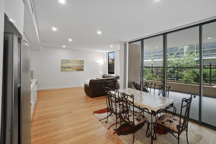 Light drenched, modern apartment (2 bed + 2 bath)