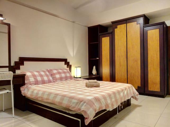 大卧室有衣櫃/化妝桌/床頭櫃/冷氣