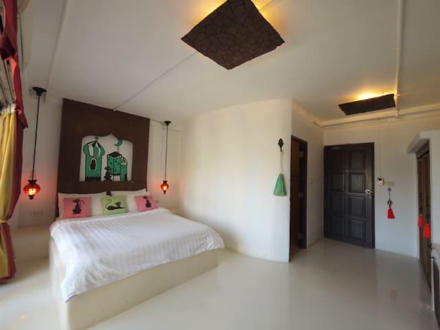Standing Cat Room at Riad Hua Hin - Hua Hin - Bed & Breakfast