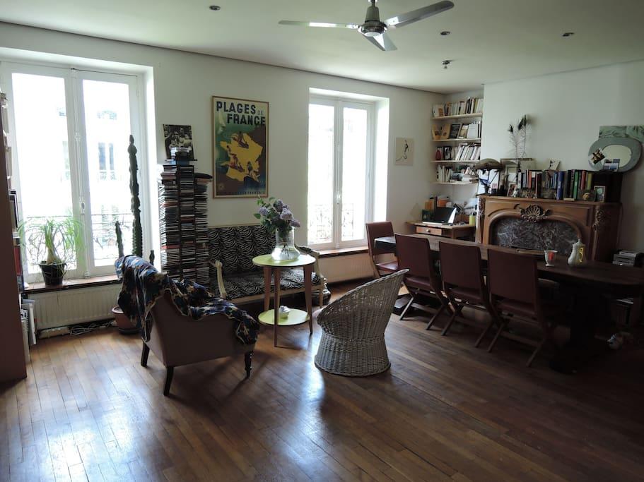 salon salle à manger (grande table en bois très conviviale)