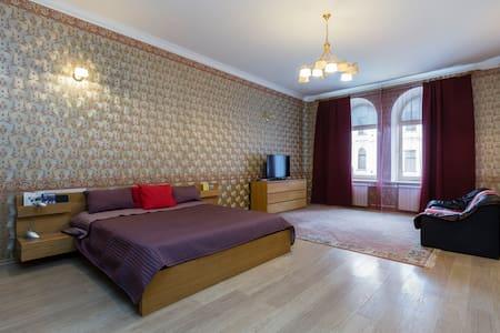 Спасибо, Елена, за гостеприимство, за предоставленную квартиру, за возможность оставить вещи, принять душ, позавтракать ранее времени заселения. Спаисбо за большую, просторную, чистую, уютную комнату с высокими потолками и выходом на Невский проспект.  В комнате созданы все условия для хорошего и продолжительного сна, а это самое главное для путешествеников. Спасибо за кухню просторную, оснащенную всеми необходимыми кухонными принадлежностями; за огромную ванну.  Бронируйте, друзья  и не пожалеете проведенным ночам, дням в ней.