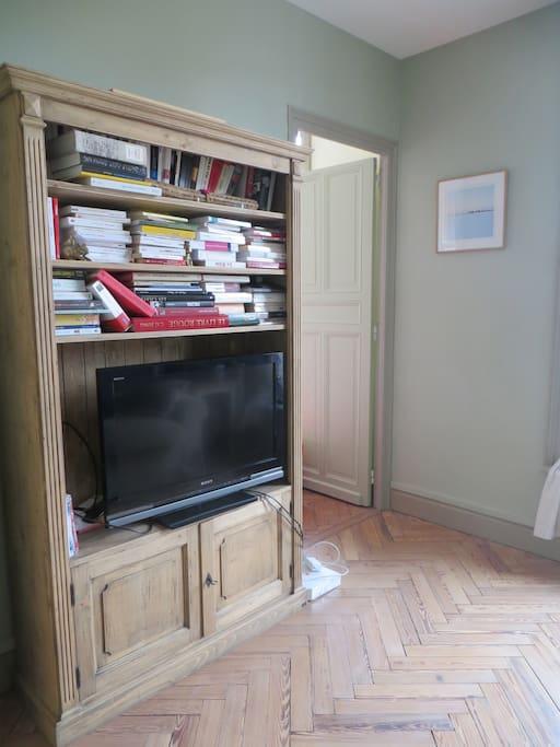 bibliothèque/télé de la chambre d'amis
