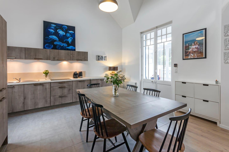 Une cuisine entièrement équipée, avec de grands plans de travail.