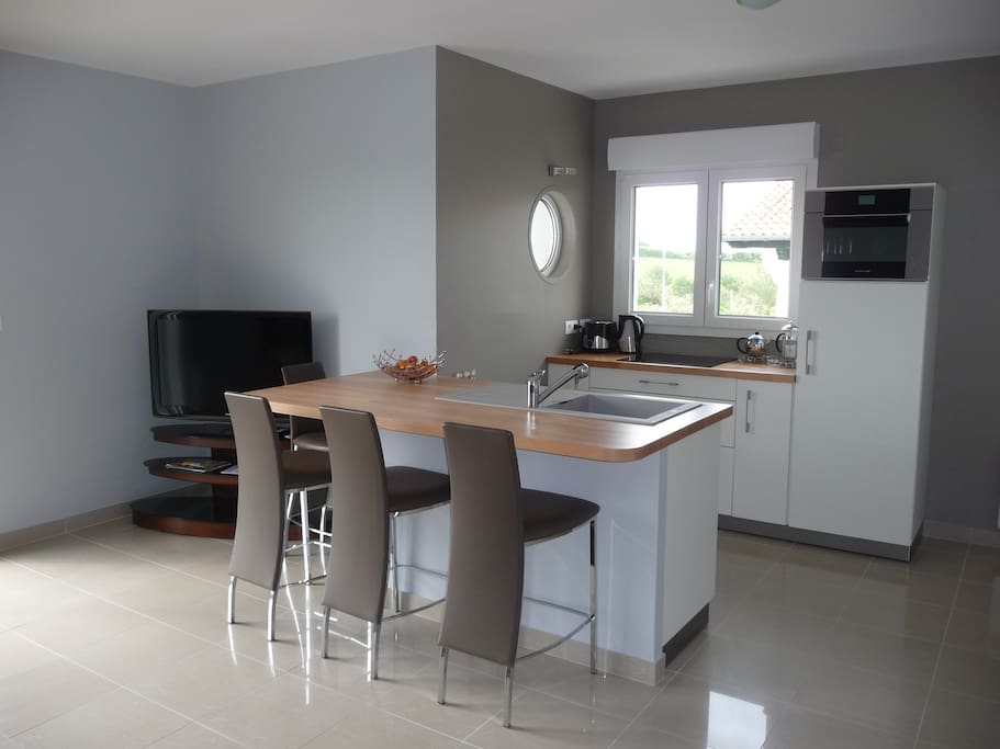 Belle cuisine américaine équipée avec coin repas / Fully equipped fitted kitchen with dining area