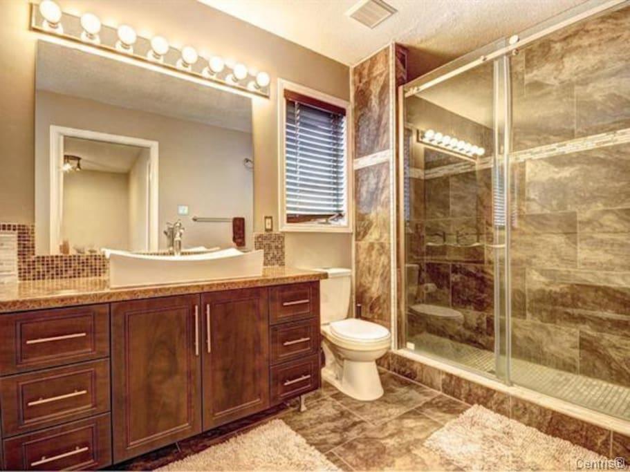 Grande douche vitrée à l'étage