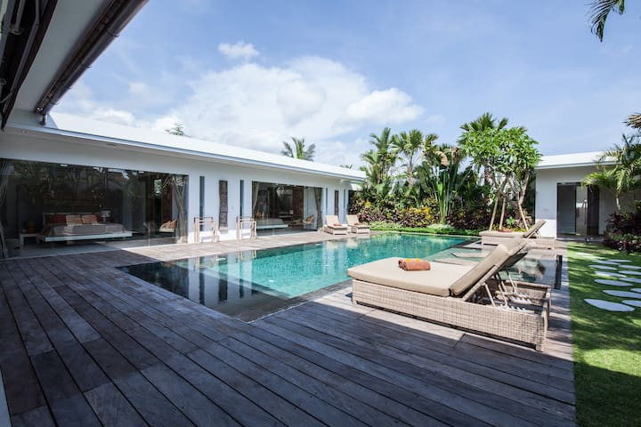 Chill out in a luxurious 4 BR villa SEMINYAK