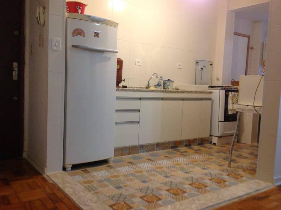 Cozinha completa. Fogão, microondas, UD, geladeira.