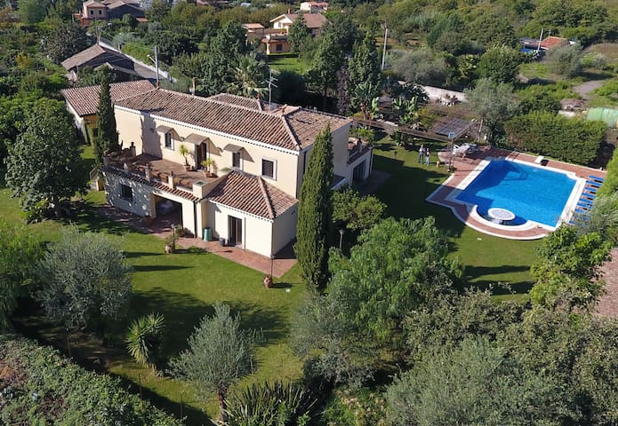 Spacious with private pool, garden, terrace & WiFi - Aci Sant'Antonio - Vila