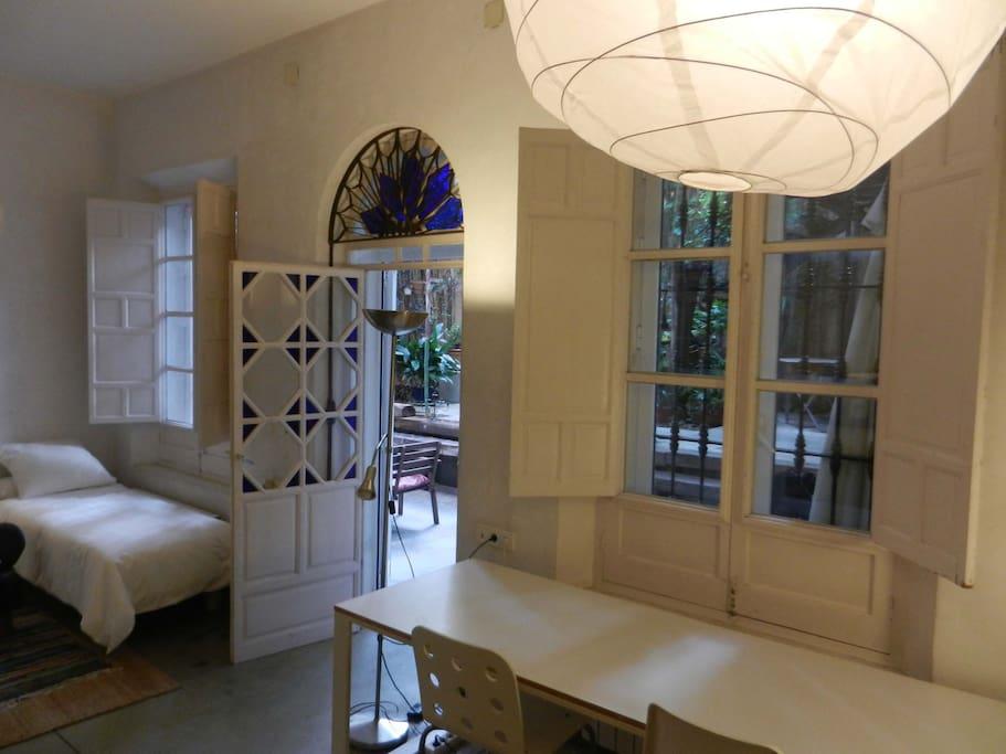 acceso privado del apartamento al patio, desde el salón dormitorio