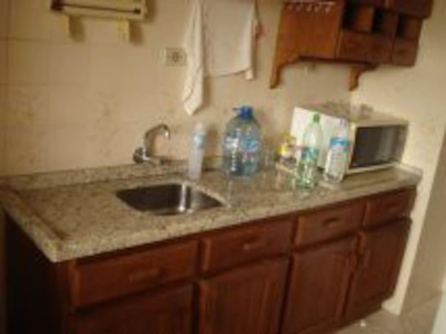cozinha completa com microondas, etc.