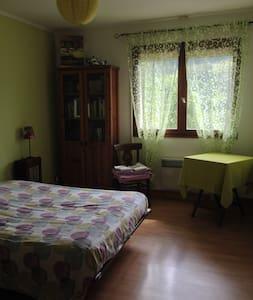 Chambre dans maison avec salle de bain - Marthod