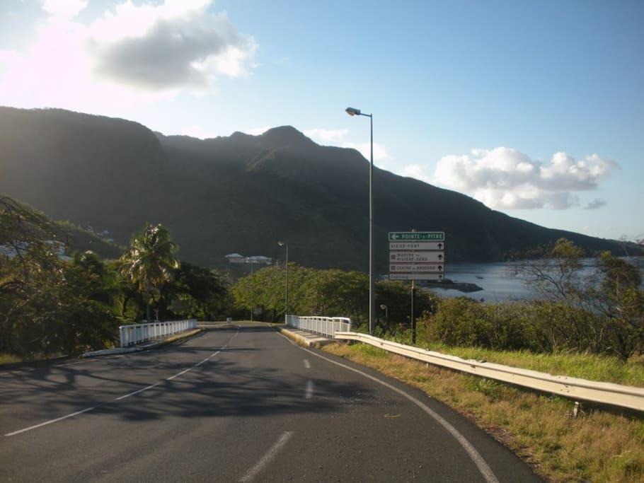 vue route menant à la marina de rivière-sens