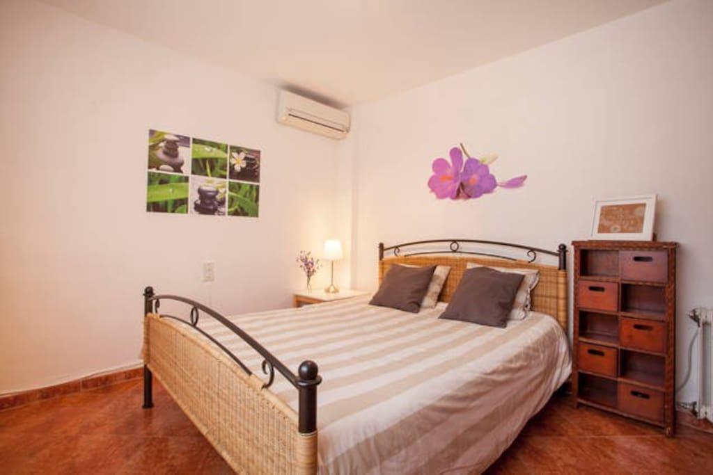 Rbb comfortable room vistamar valencia b b bed for Animas room valencia