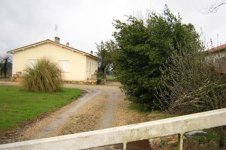 maison sur terrain clos avec piscin - Parcoul