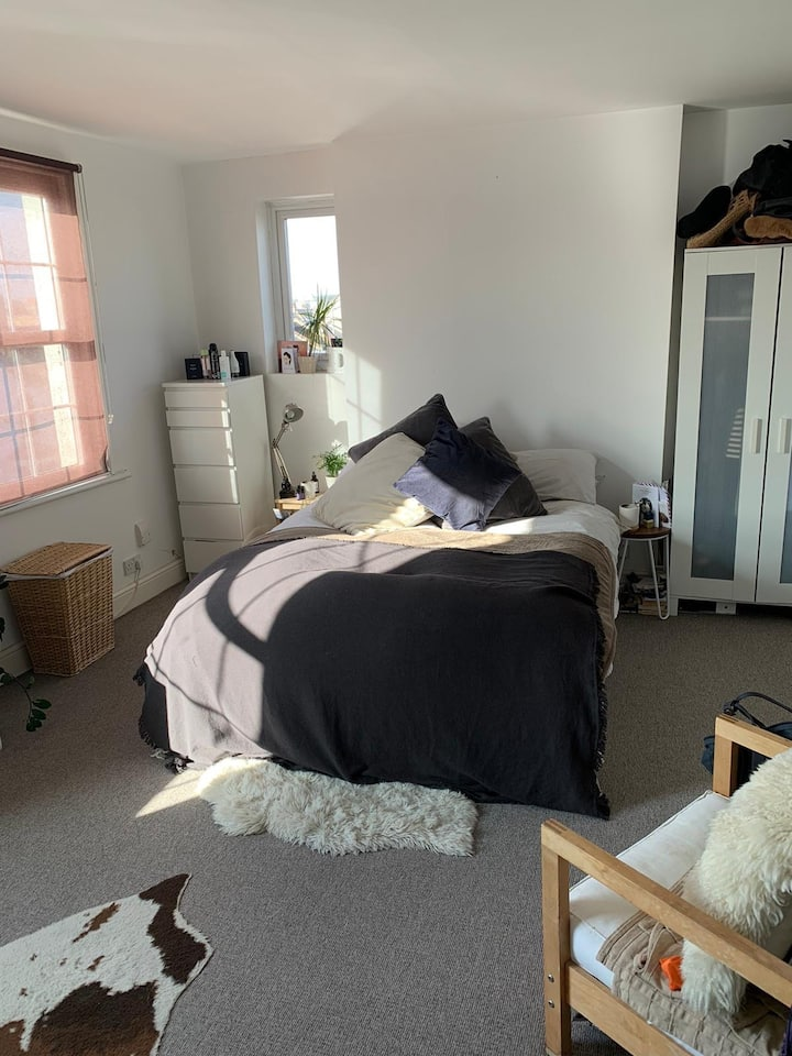Huge double room in lovely flat for 2 month let