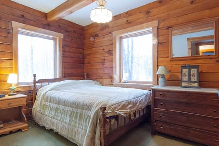 Quiet room in log cabin home. - Cabane
